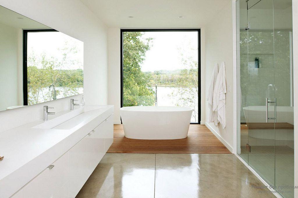 Ванная с квадратным большим окном
