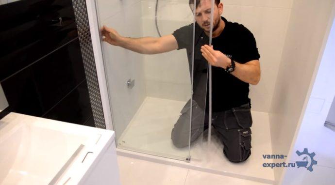 Уплотнитель крепят на торцы стекол