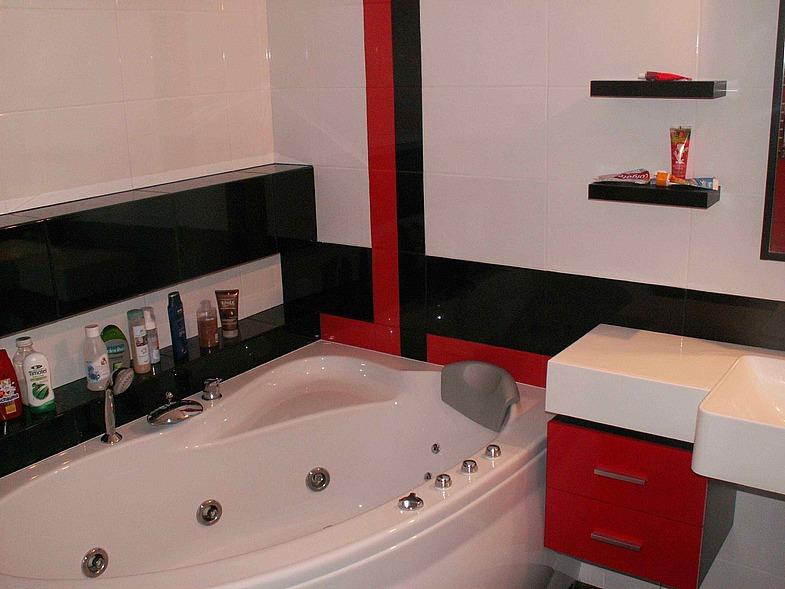 Черно-белая ванная комната с красными акцентами