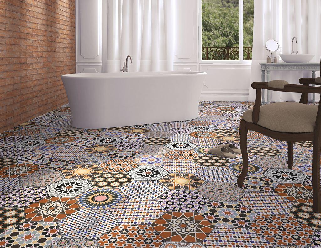 Шестигранная плитка на полу в ванной комнате
