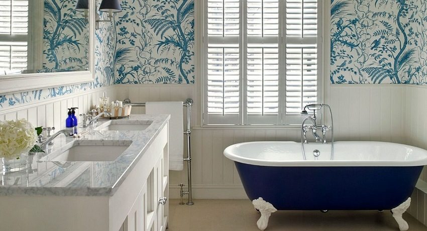 Чугунная ванна на ножках в бело-голубом интерьере ванной комнаты
